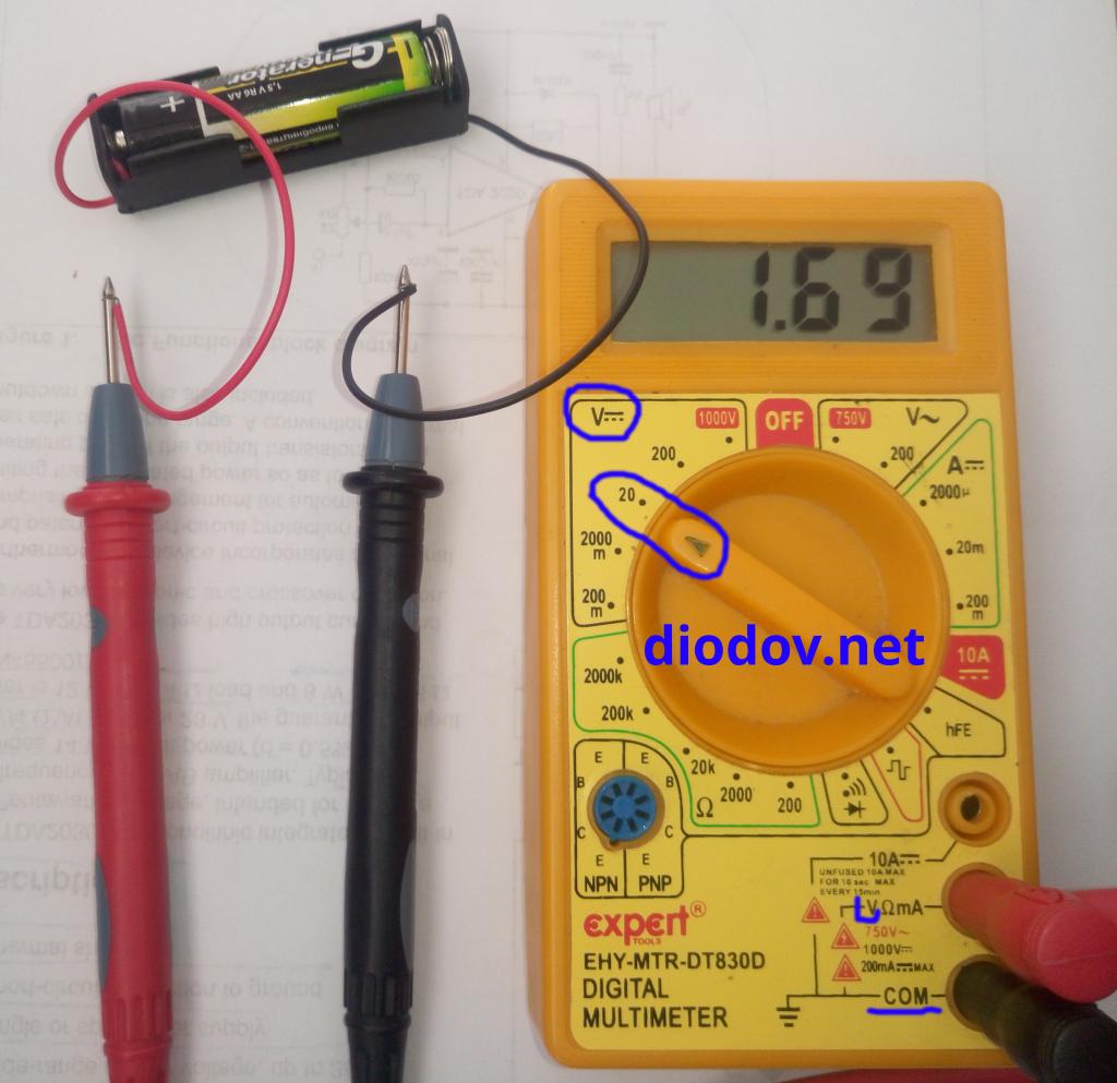 Как измерить напряжение батарейки мультиметром